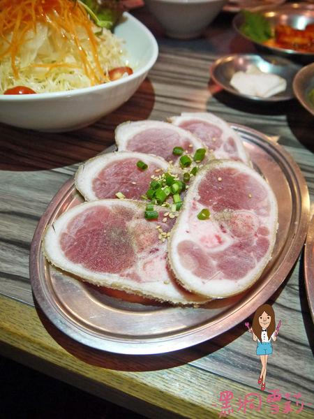 日本沖繩 我那霸燒肉店-豬蹄切片.jpg